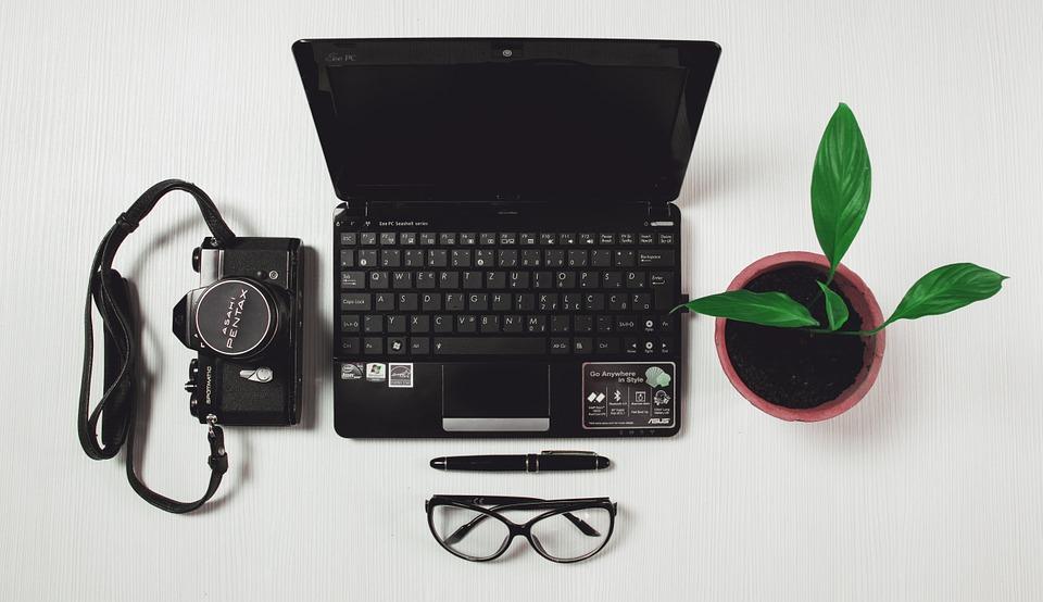 scrivania con computer